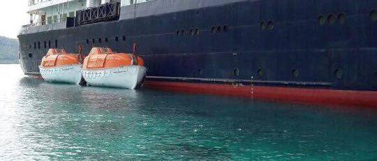 Rettungsboote neben der Caledonian Sky