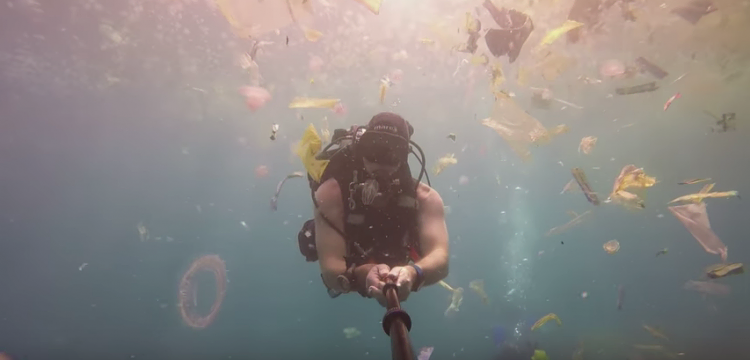 Taucher im Plastikmüll in Bali