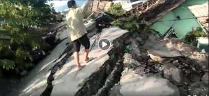 Verschobene Straße in Palu nach Tsunami