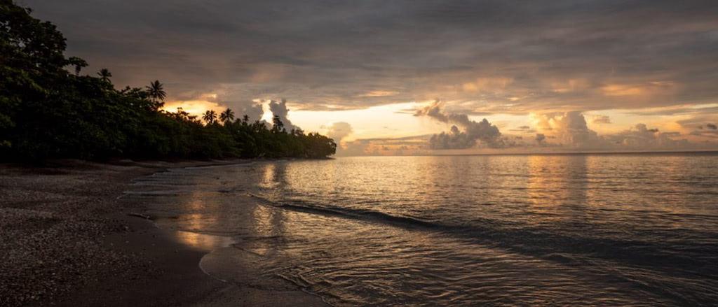 Sonnenuntergang am Strand vor der Nakaela Lodge