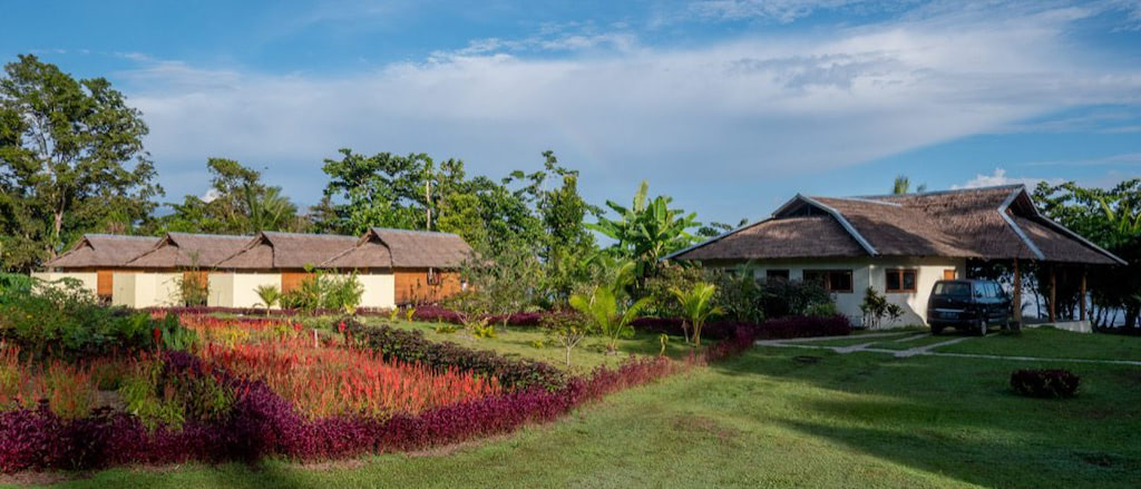 Blick vom Garten auf Restaurant und Bungalows