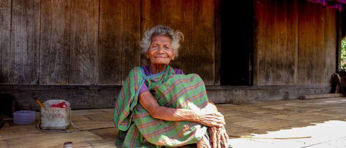 Bena, alte Frau auf der Veranda
