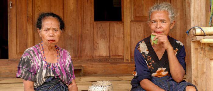 Bena, zwei ältere Frauen kauen Betel