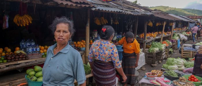 Obst- und Gemüsestände am Straßenrand