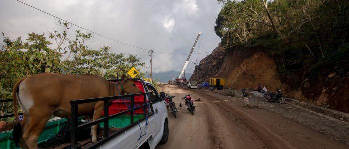 Flores: Straßensperrung nach Felsrutsch nahe Moni