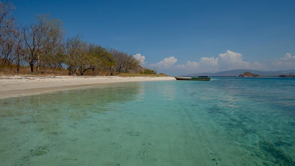Riung, Schnorchelboot vor unbewohnter Insel
