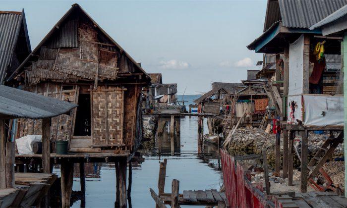 Nur Stege und Wasser im Bajo Dorf