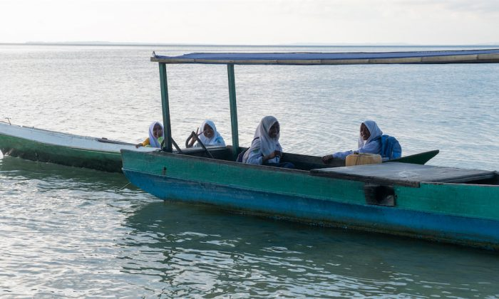 Mädchen von Hoga auf dem Weg zur Schule