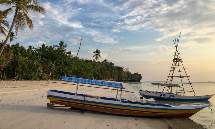 Boote am Strand auf Tomia