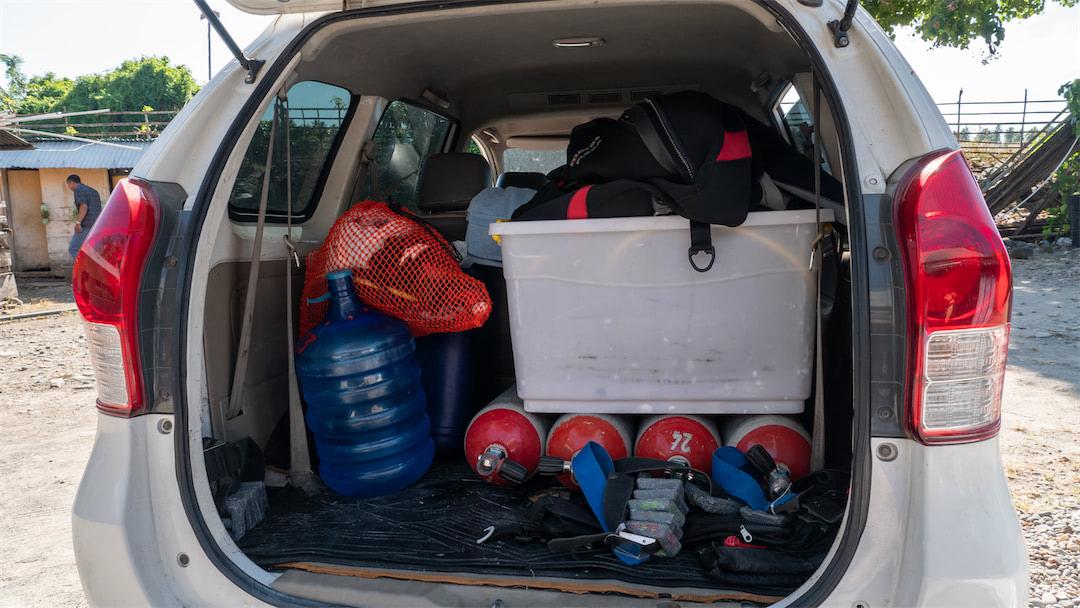 Begleitfahrzeug mit Tauchgepäck